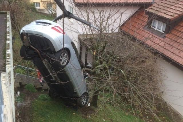 79-Jährige stürzt mit ihrem Auto in Lörrach vier Meter in die Tiefe