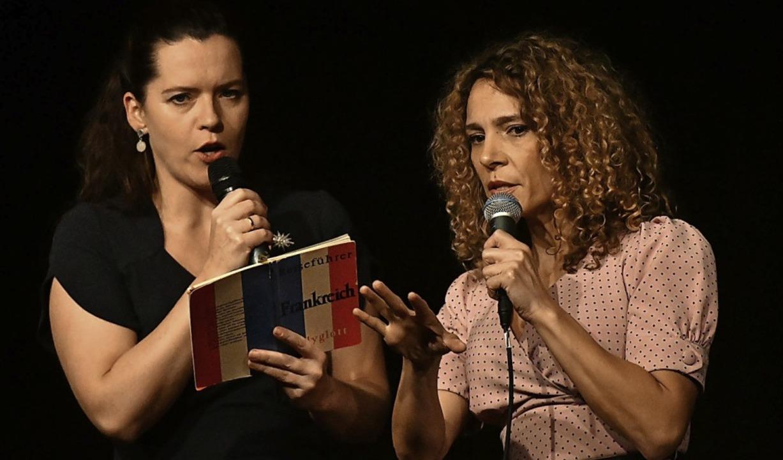 Marie Giroux und Jenny Schäuffelen als Reiseanimateurinnen   | Foto: Künstle