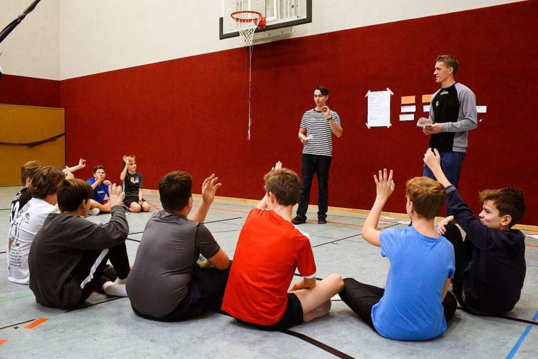 Manuel Tumino und Nils Petersen (recht...Siebtklässlern des Rotteck-Gymnasiums.  | Foto: Thomas Kunz