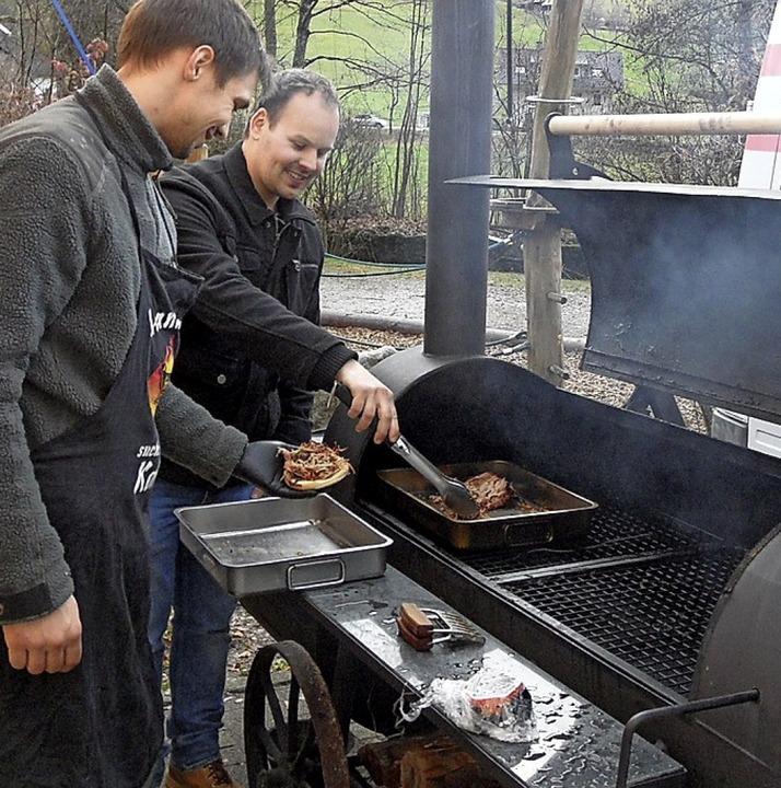 Pulled Pork bereiten Mathias Löffler und Pirmin Mayer (vorne) auf dem Smoker zu.  | Foto: Josef Faller