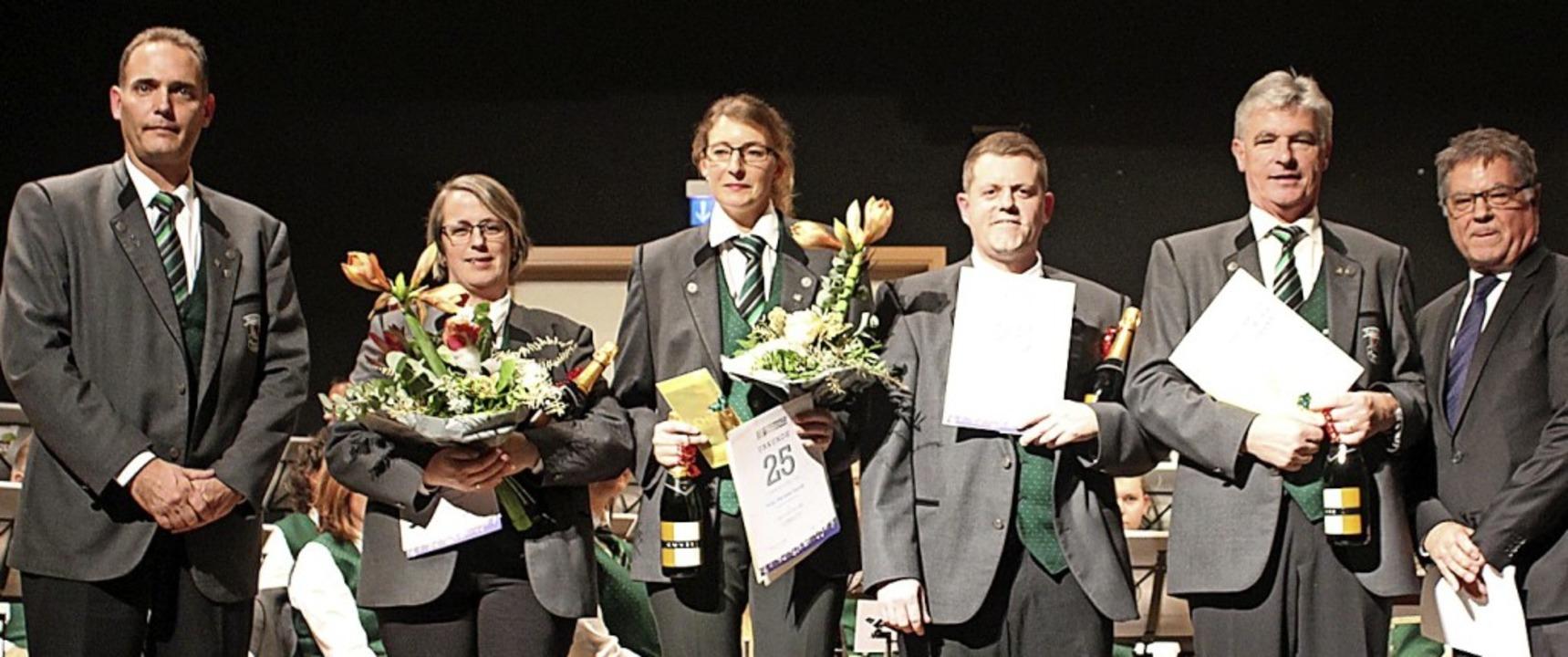 Vereinsvorsitzender Patrick Wick (link...für langjährige Vereinsmitgliedschaft.  | Foto: Otmar Faller