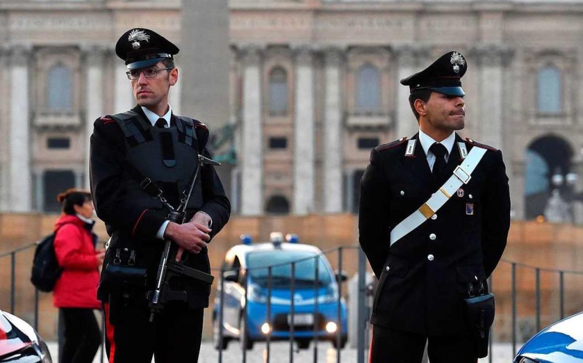 Den vollen Durchblick haben diese beid... in Rom – auch ohne Smartphone.     Foto: dpa