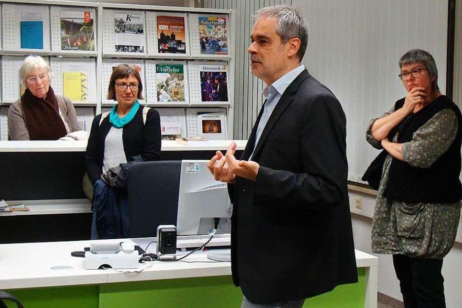 """Michael Fischer, Geschäftsführender Direktor des Zentrums für Populäre Kultur und Musik (Zweiter von rechts), referierte über das Weihnachtslied """"Stille Nacht"""" und führte die BZ-Card-Inhaber durch die Forschungseinrichtung der Universität Freiburg. (Foto: Gabriele Schimansky)"""