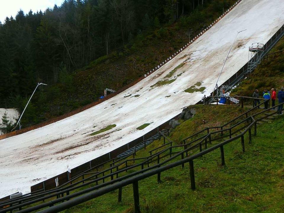 Das Grün schimmert durch: die Bedingun...achen den Skisprung-Weltcup unmöglich.  | Foto: Peter Stellmach