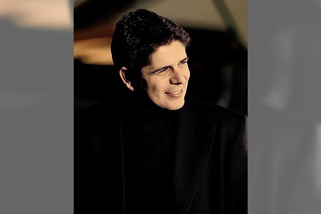 Beim Konzert des Sinfonieorchester Basel im Lörracher Burghof ersetzt Javier Perianes den Pianisten Paul Lewis