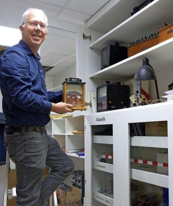 Physiklehrer Dirk Weidner zeigt die Sammlung.  | Foto: Presse AG