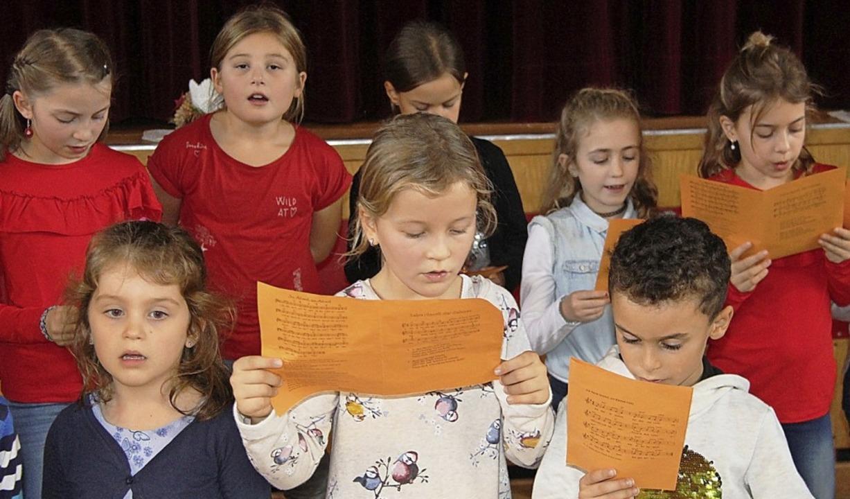 Mit Liedern stimmten Grundschulkinder in den Advent ein.   | Foto: H. David