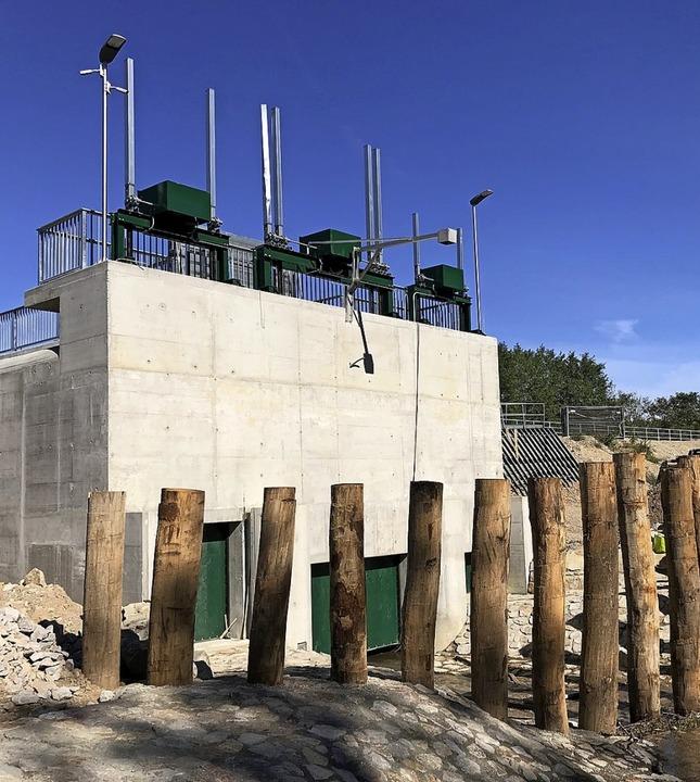 Das gewaltige Durchlassbauwerk des neu...etenbach (links) und die Auslassrinne   | Foto: Julius Steckmeister
