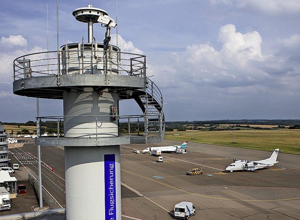 Auf diesem Turm sind die Kameras der D...ng am Flughafen Saarbrücken montiert.     Foto: dpa