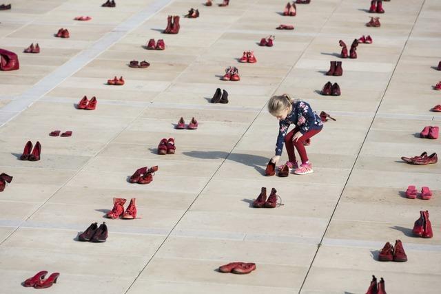 Protest mit roten Schuhen