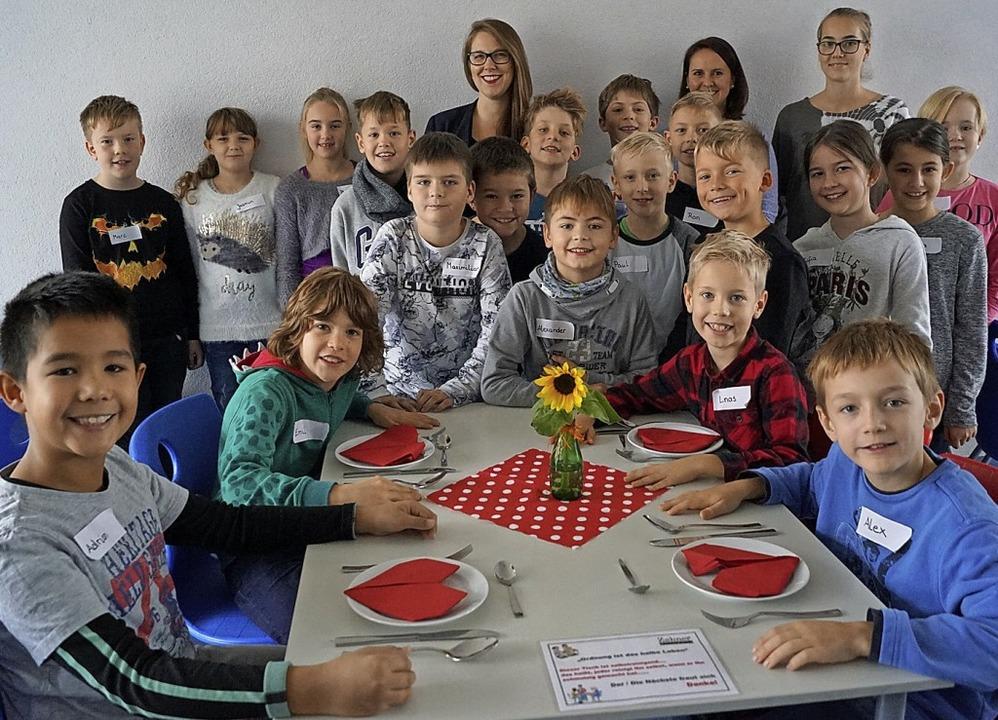 Rheinschule: Benimm-Tag bei der Klasse...e, Andrea Wagner (hinten,  von links)   | Foto: Rheinschule Neuenburg