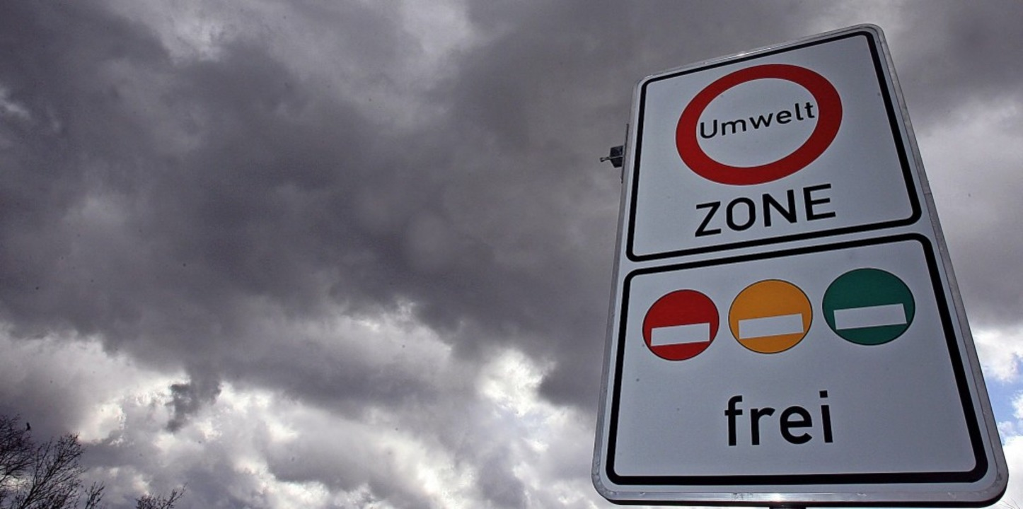 Dunkle Aussichten für die Ortsdurchfah...sweitung der Umweltzone auf die B 31.   | Foto: DPA