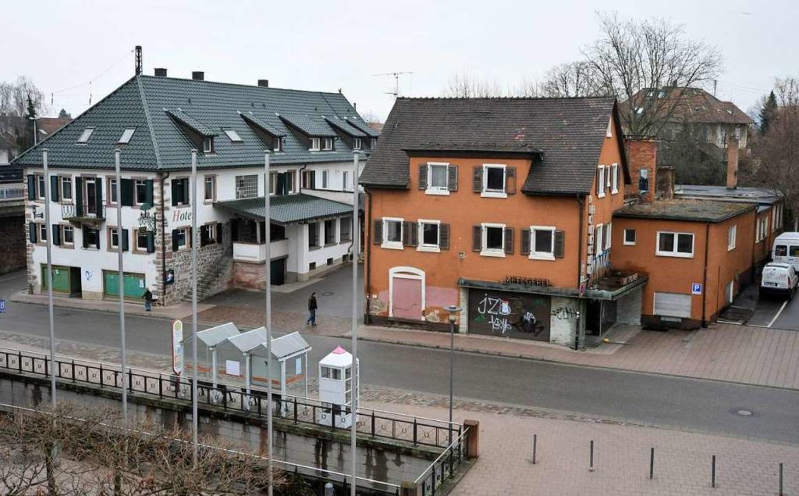 So sah das Gasthaus (links) 2009 kurz nach dem Kauf durch den Investor aus.  | Foto: Zimmermann-Duerkop