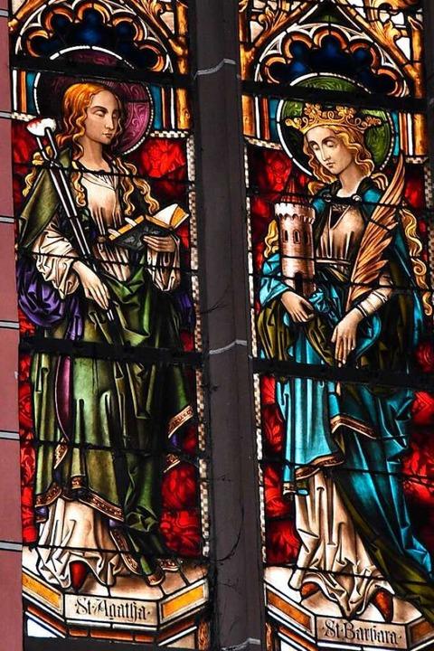 Ein Glasfenster zeigt in der Glottertä...urm, links daneben die heilige Agatha.  | Foto: Manfred Frietsch
