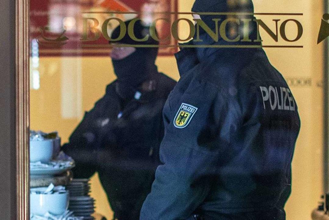 Razzia in Duisburg: Polizisten stehen in einem Eiscafé.  | Foto: dpa