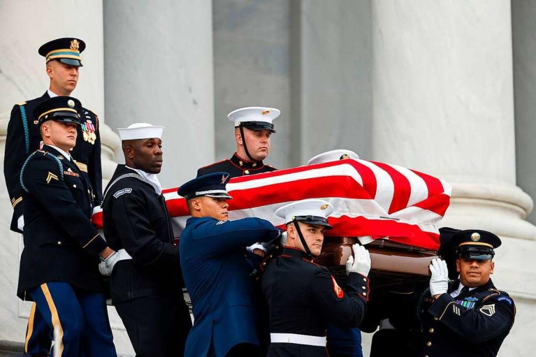 Soldaten tragen den Sarg von Bush aus der National Cathedral.  | Foto: afp