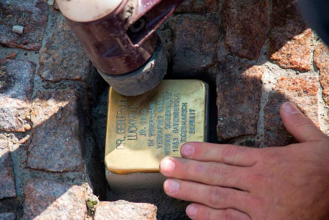 In Freiburg wie in vielen anderen Städten gibt es die Stolpersteine bereits.  | Foto: Katja Morhulis
