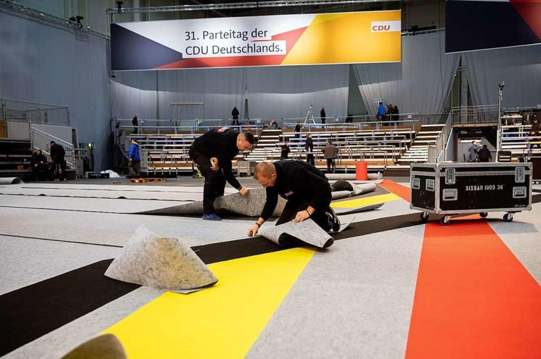 Schwarze, rote und gelbe Farbbahnen we...01 Delegierte den neuen Parteivorsitz.  | Foto: dpa