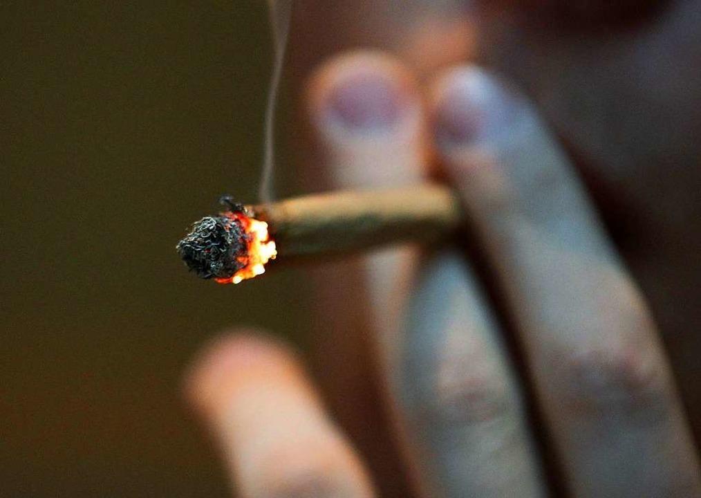 Weil sie Joints dabei hatten, haben me...un Ärger mit der Polizei. (Symbolfoto)  | Foto: dpa