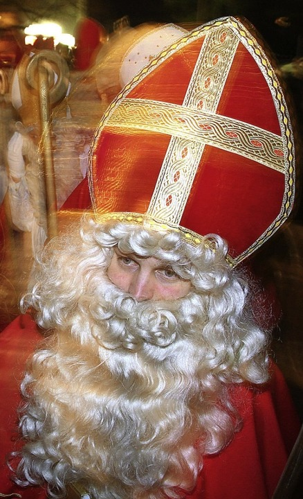 Wer dieses Wochenende einen Weihnachts...h einem verspäteten Nikolaus begegnen.  | Foto: dpa
