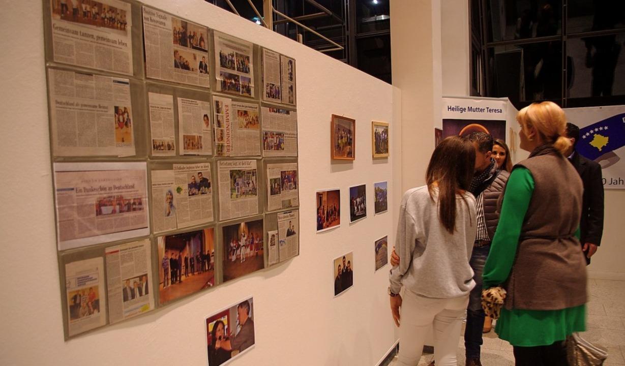 Zehn Jahre erfolgreiche  Integrationsa...ert  die Ausstellung im Rathausfoyer.   | Foto: Annika Sindlinger