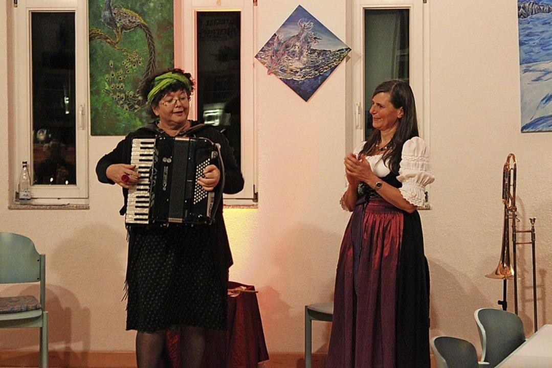 Erzählerin Karla Krauß (rechts) und Gisella Höchstötter am Akkordeon   | Foto: Jennifer Ruh