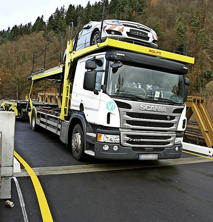 Lastwagen als Problem: Eng geht es auf...B-317-Behelfsbrücke bei Maulburg zu.    | Foto: Bergmann