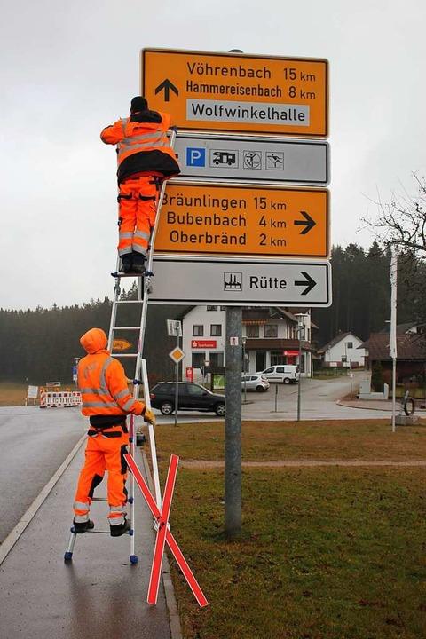 Straßenmeister richten die Hinweisschilder.  | Foto: Gert Brichta