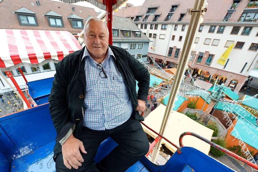 Johann Gormanns, 68, auf dem Weg nach ...eihnachtsmarkt auf dem Kartoffelmarkt.  | Foto: Ingo Schneider