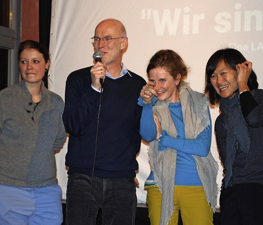 Hartmut Schäfer mit Sonja Summ (v.li.)...Kim, die zu Fairnetzt-Gruppen gehören   | Foto: Thomas Loisl Mink