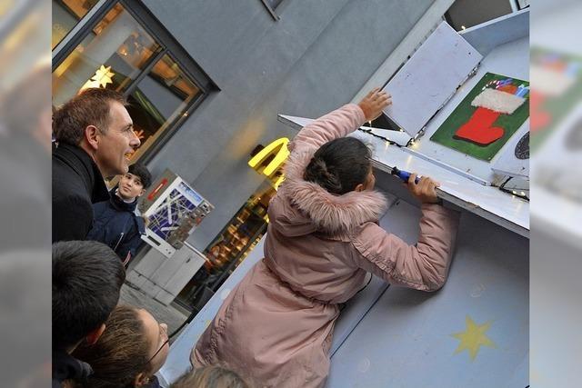 OB Lutz öffnet Türchen am Adventskalender