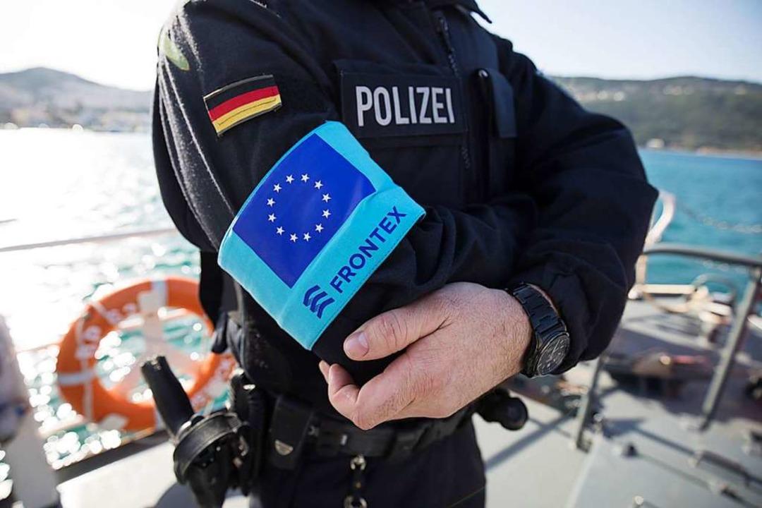 Ein Beamter der Bundespolizei im Front...satz vor der griechischen  Insel Samos  | Foto: DPA