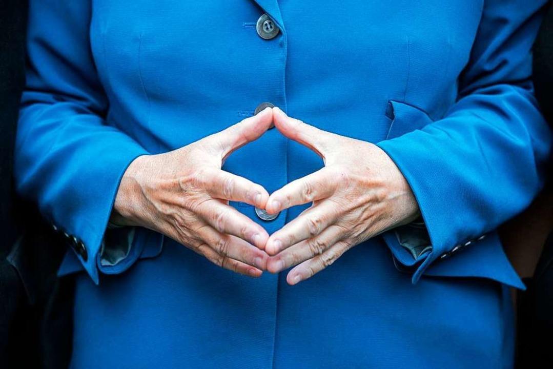 Weltbekannt: die Merkel-Raute    Foto: Michael Kappeler