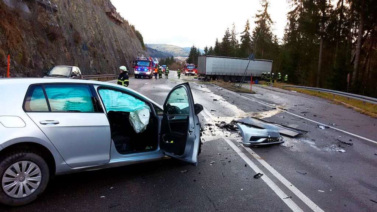 Beide Unfallfahrzeuge schleuderten quer über die Fahrbahnen der Bundesstraße.   | Foto: Kamera 24