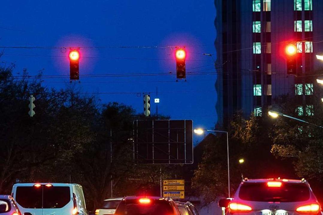 Über eine rote Ampel zu fahren kann teuer werden (Symbol).  | Foto: dpa