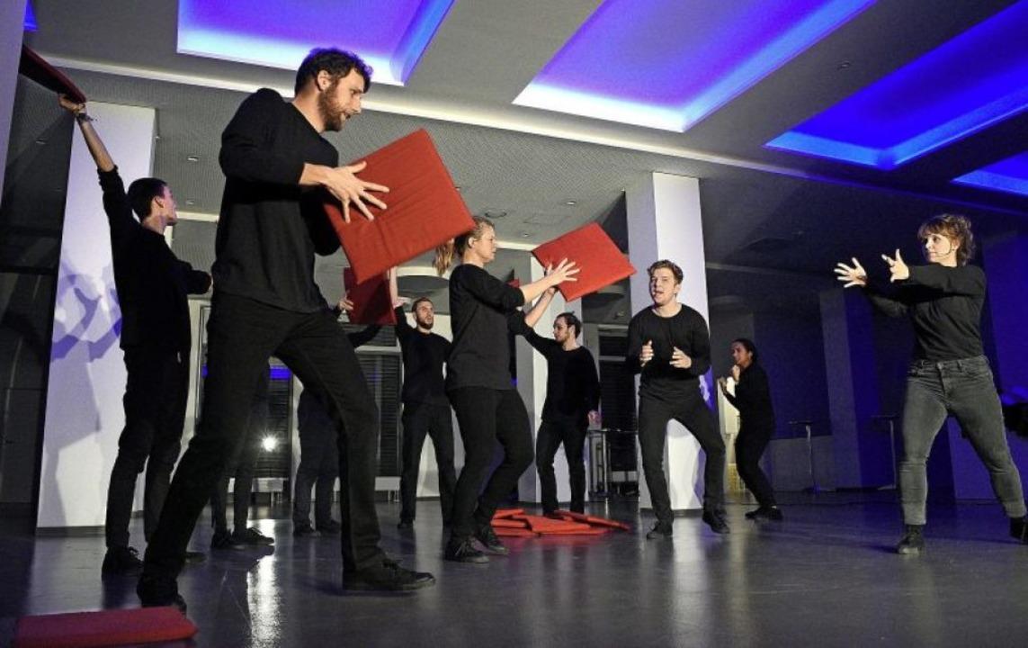 Lebendige Probe der Theatergruppe Tapetenwechsel im Foyer des Paulussaal   | Foto: Thomas Kunz