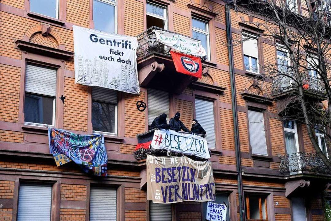 Die Aktivisten machen mit großen Transparenten auf ihr Anliegen aufmerksam  | Foto: Thomas Kunz