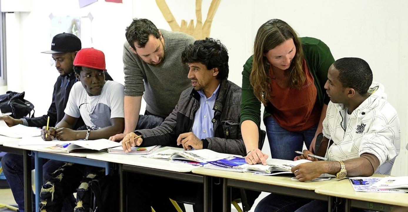 Gerd Schneider (Dritter von links) und...20;  mit Flüchtlingen beim Unterricht   | Foto:  Ingo Schneider