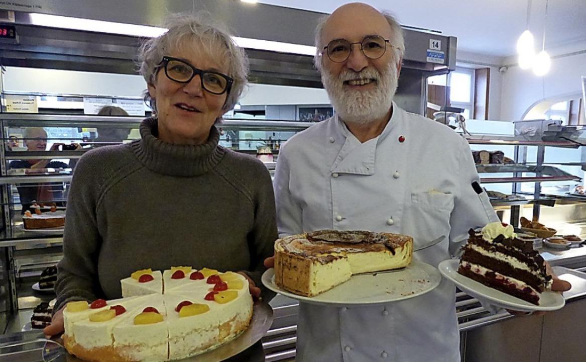 Doris und Daniel Balliet mit einigen ihrer selbstgemachten Kuchen und Torten    Foto: Jochen Fillisch