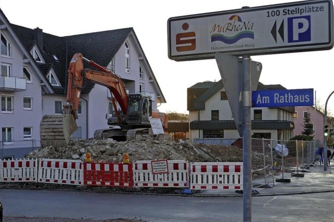 Am Mittwoch wurde das alte Rathaus in ...e soll ein neues Ärztehaus entstehen.   | Foto:  Dietsche