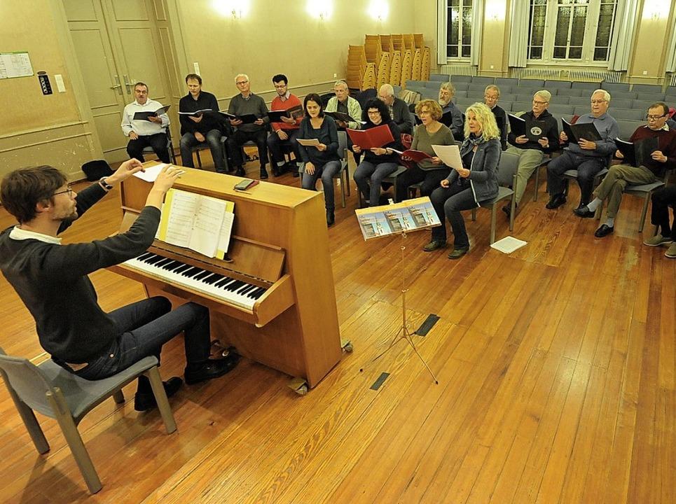 Probe mit Chorleiter Hans Aerts am Kla...ltré in der ersten Reihe ganz rechts.     Foto:  mzd