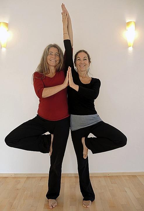 Martina Schmitz (links) und Annette An...eteiligen sich an der Benefiz-Aktion.   | Foto:   Freiburger Yogaschule