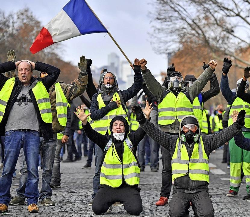 Demonstranten in gelben Westen protest...tern in der Nähe des Arc des Triumph.   | Foto:  dpa