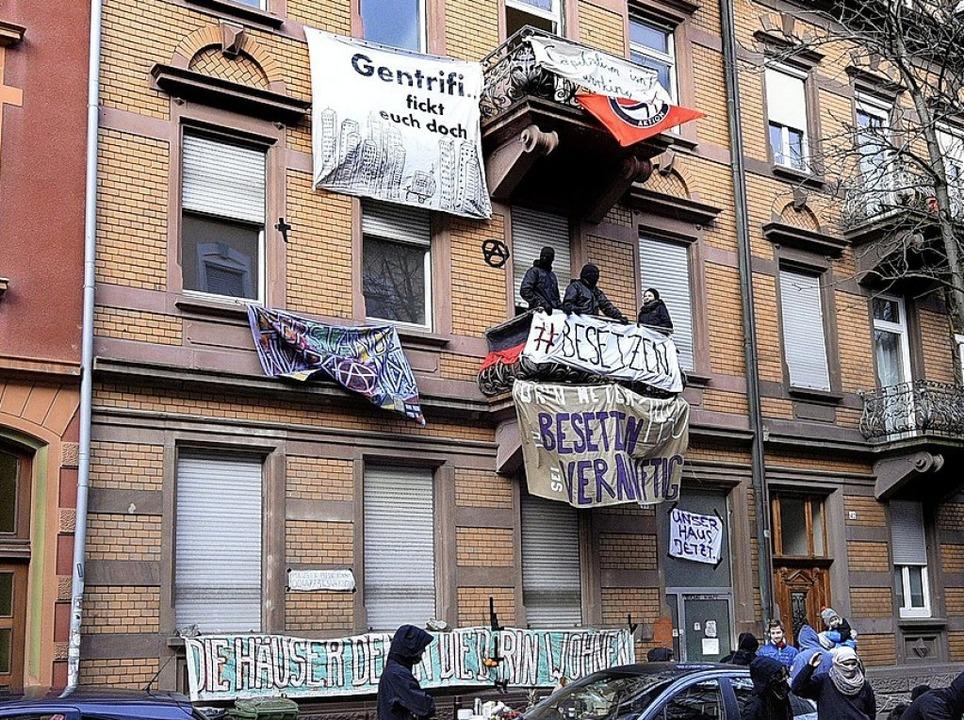 Die Räumung verlief nach Polizeiangabe...teht die Guntramstraße 44 wieder leer.  | Foto:  kunz