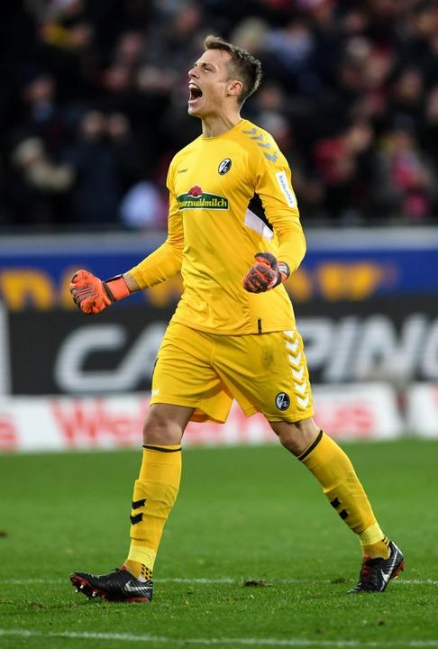 SC-Keeper Alex Schwolow jubelt.  | Foto: dpa