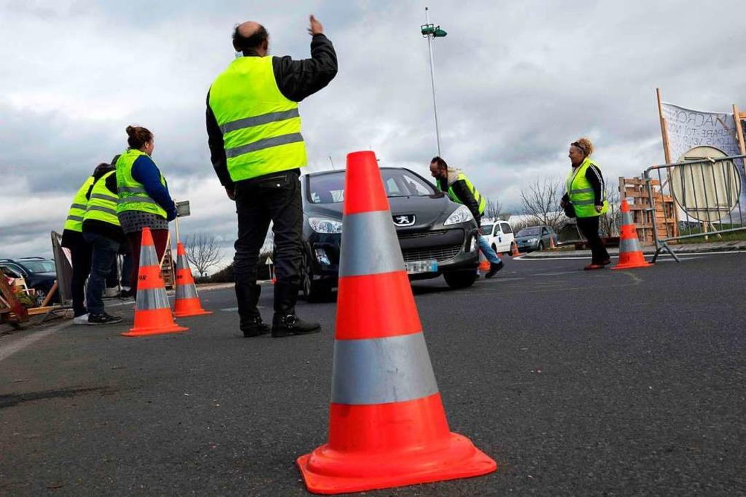 Gelbwesten an einem Kreisverkehr in Saint Beauzire in Zentralfrankreich  | Foto: AFP