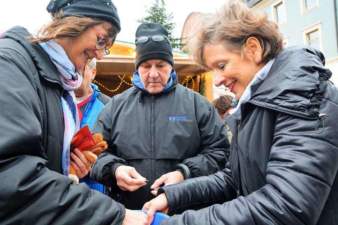 Landrätin Marion Dammann verkauft Lose für die BZ-Tombola.    Foto: Barbara Ruda
