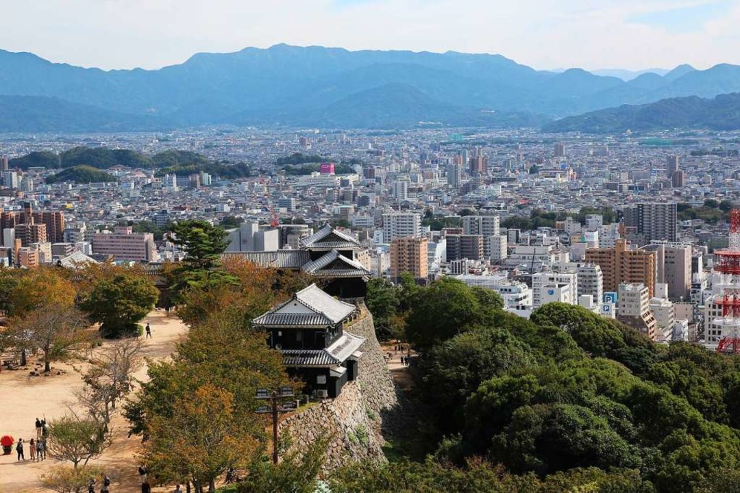 Blick auf die Skyline von Matsuyama  | Foto: Michael Saurer