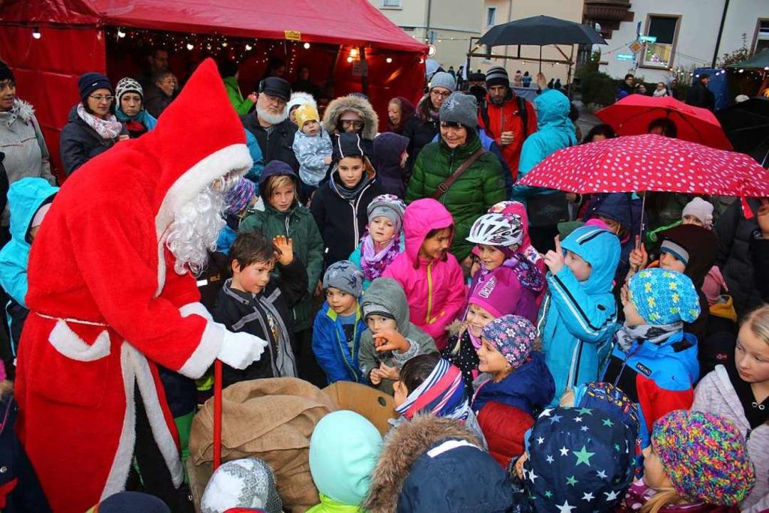 Agathenmarkt in Fahrnau: Der Nikolaus von Kindern umringt    Foto: Anja Bertsch