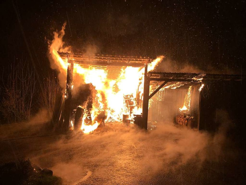 Warum der 50 Quadratmeter große Holzschuppen Feuer gefangen hatte, ist unklar.    Foto: Feuerwehr Freiamt